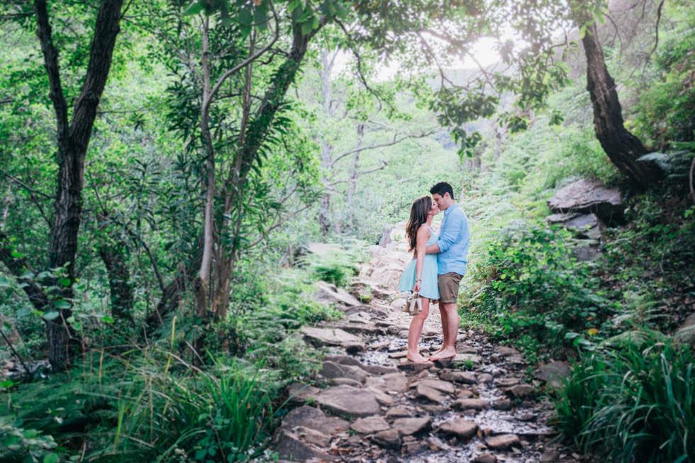 Sesión de pareja en el bosque